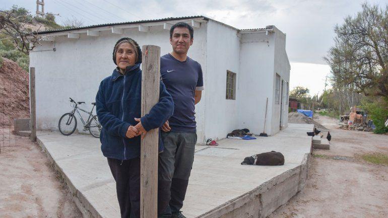 Rosa y su hijo promete resistir un posible desalojo pedido por los vecinos.