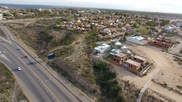 En Mercantiles y Terrazas del Neuquén tomaron terrenos municipales para construir piletas de natación y quinchos. Ahora deberán pagar una tasa por cada metro cuadrado de tierra usurpada.