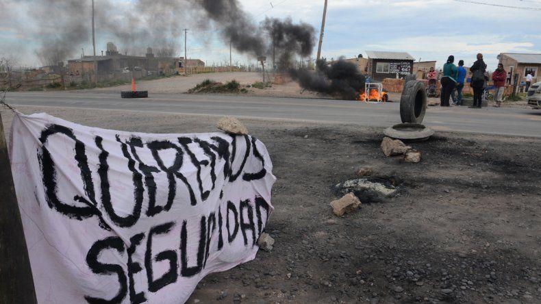 Ayer vecinos de Ruca Antú cortaron un tramo del derivador entre la Ruta 7 y la Autovía exigiendo un destacamento. En Santa Genoveva harán un relevamiento con estudiantes de la universidad.