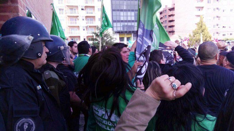 Audiencia pública en Neuquén: incidentes fuera del Concejo Deliberante entre la Policía Federal y manifestantes de ATE