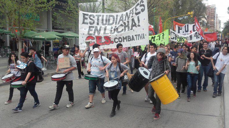 Unas 300 personas participaron en la marcha por las calles neuquinas.