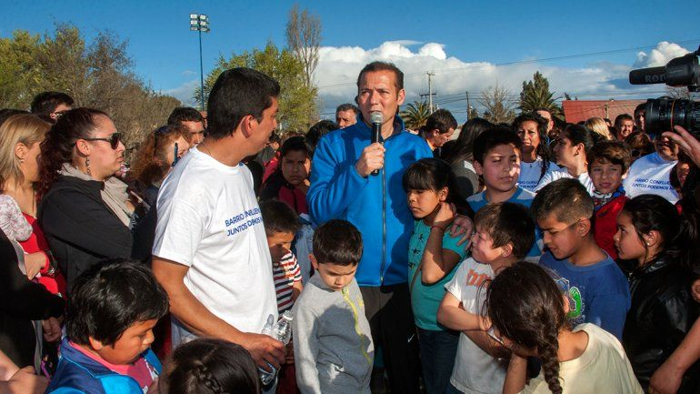 Gutiérrez inaguró tres canchas de césped sintético en Confluencia