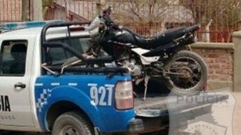 Efectivos de la Comisaría 20 en el secuestro de una Motomel 150 cc.