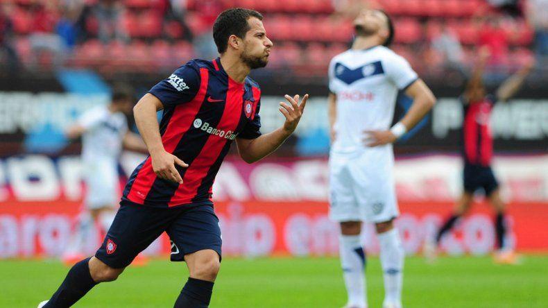 Seba Blanco festeja el primer tanto azulgrana. Vélez lo sufre.