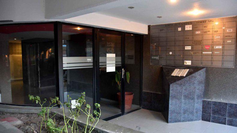 La puerta de ingreso de una de las torres del edificio de Leloir al 200
