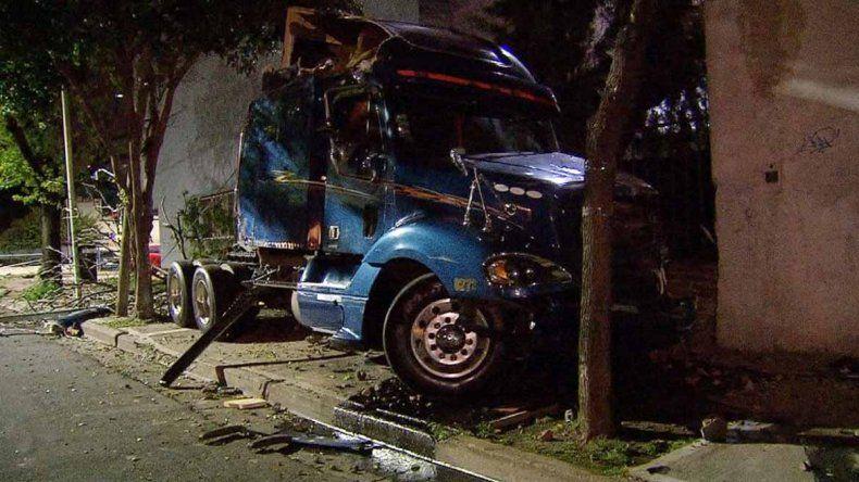 Camión pasó en rojo y embistió un auto: dos muertos