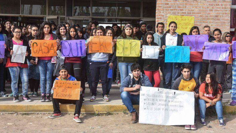 Los estudiantes de un secundario de Plottier exigieron seguridad.