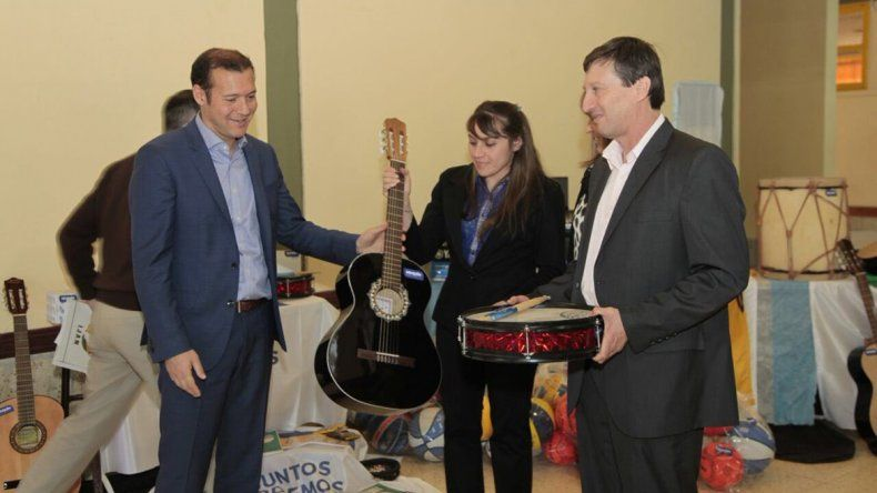 El gobernador presenció la entrega de material al CPEM 30 de El Huecú.