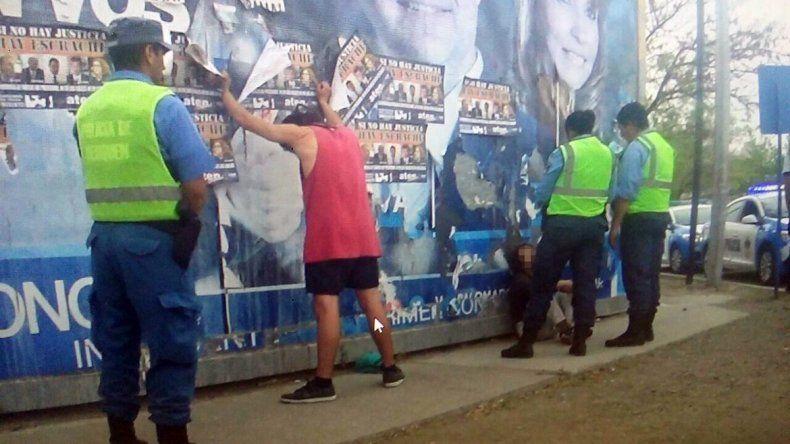 El joven de musculosa fue quien descubrió a las chicas caminando y la Policía lo detuvo provisoriamente.