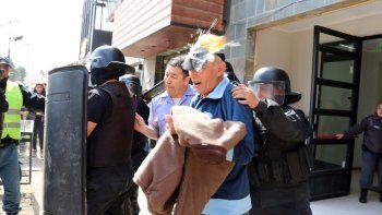 Uno de los huevos dio en la cabeza del ex militar cuando lo retiraban de las salas de audiencias de Junín de los Andes, tras solicitar la nulidad del juicio.