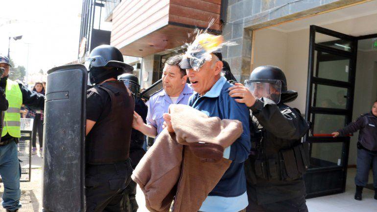 Uno de los huevos dio en la cabeza del ex militar cuando lo retiraban de las salas de audiencias de Junín de los Andes