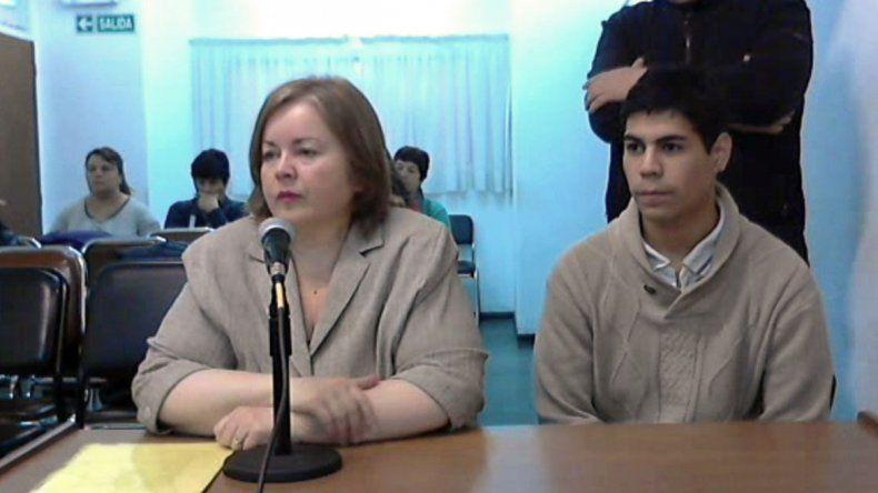 Carlos Maximiliano Ortiz junto a su abogada defensora en la audiencia.