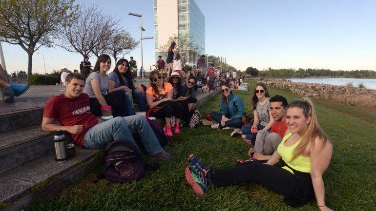 El día acompañó con casi 25 grados de máxima. Centenares de jóvenes comenzaron con los festejos.