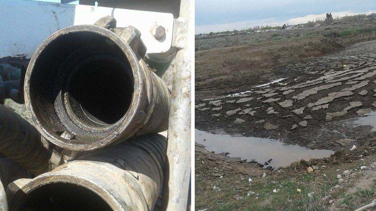 Dos tuberías contaminadas y los lodos sin tratar que generan fuertes olores.
