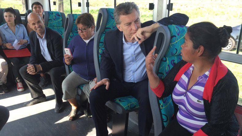 El Presidente viajó en colectivo y charló con los pasajeros.