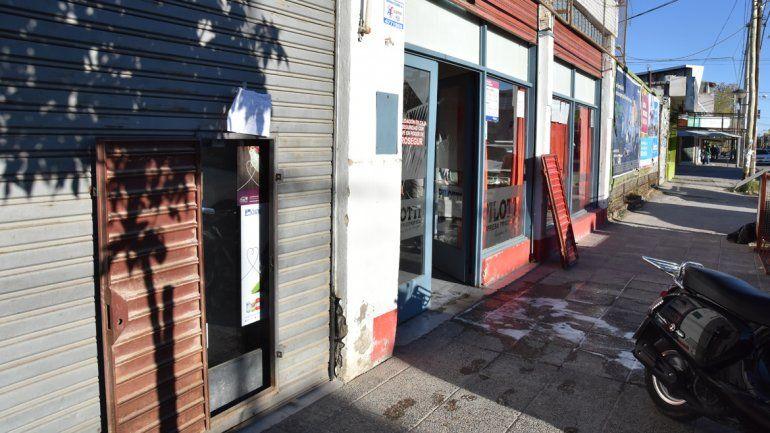 La casa de telas y la carnicería comparten una pared. Ayer uno de los locales permaneció cerrado al público.