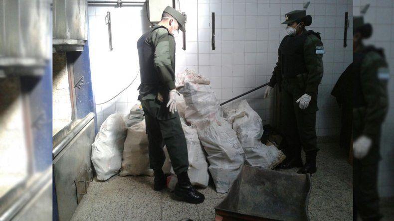 Gendarmería quemó 600 kilos de droga que habían sido encontrados en un tanque cisterna