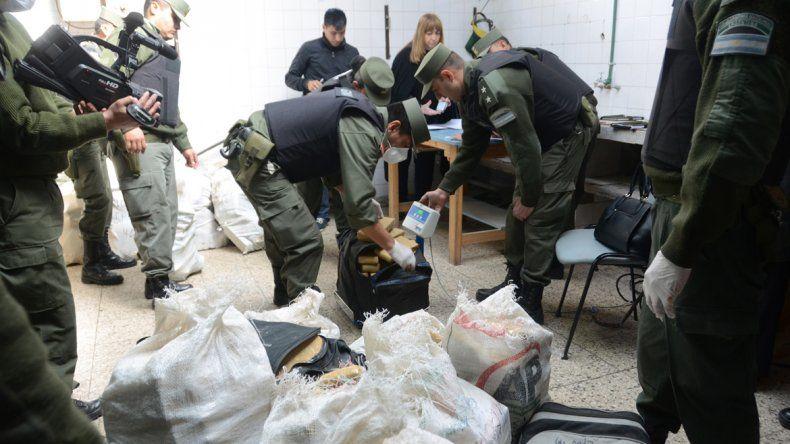 Los gendarmes proceden a quemar los ladrillos de marihuana secuestrados.