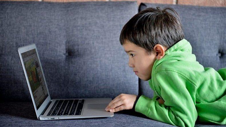 Aconsejan a los padres tener la clave de Facebook de sus hijos.