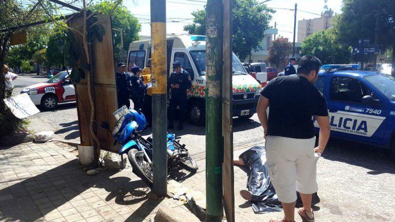 Una mujer se estrelló contra un poste y murió cuando perseguía a motochorros