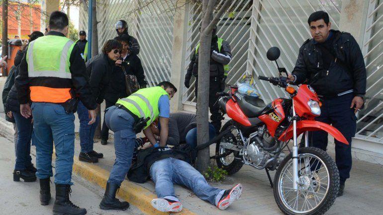 El momento en que Bastidas cayó herido en la calle.