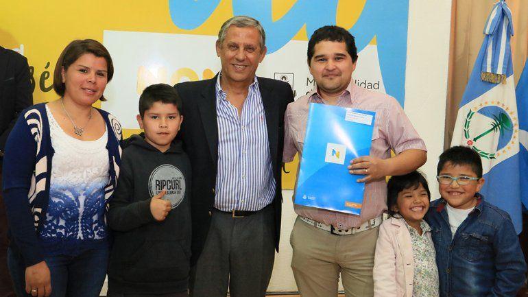 Quiroga entregó boletos de compraventa a 63 familias neuquinas.