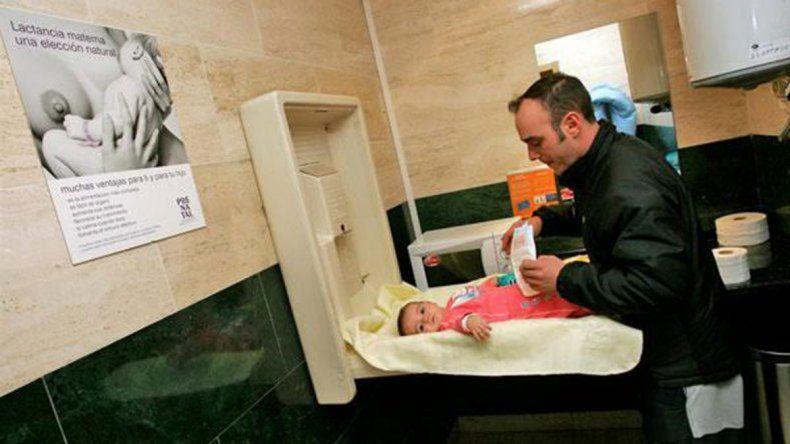 El cambiador de bebés en los baños sería obligatorio en Neuquén.