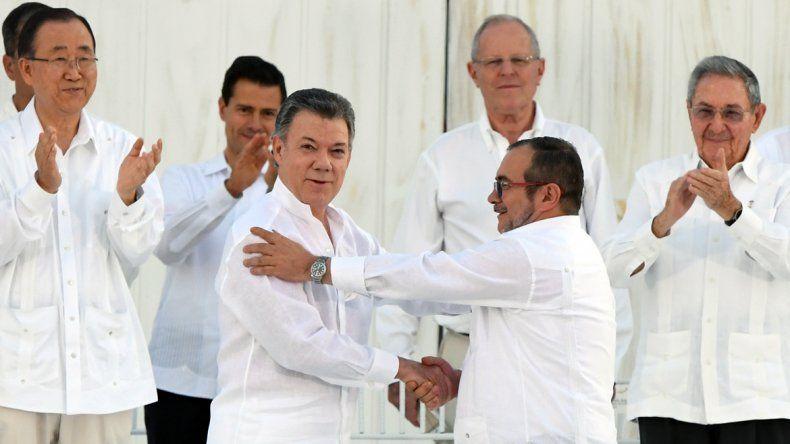 Santos y el jefe de las FARC firmaron el histórico acuerdo de paz
