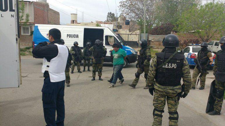 El momento de la detención de uno de los narcos que intentó huir.