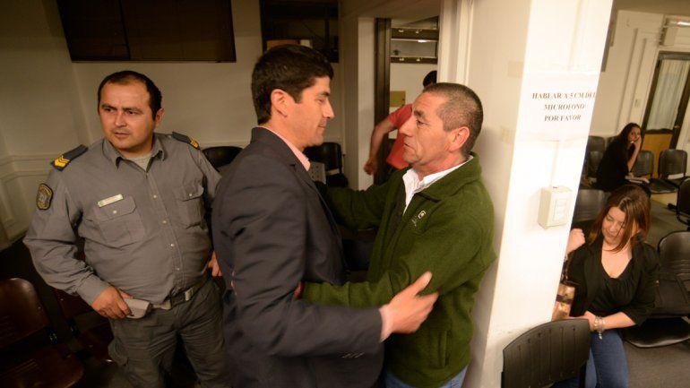 Los acusados se abrazaron tras conocer la sentencia judicial.