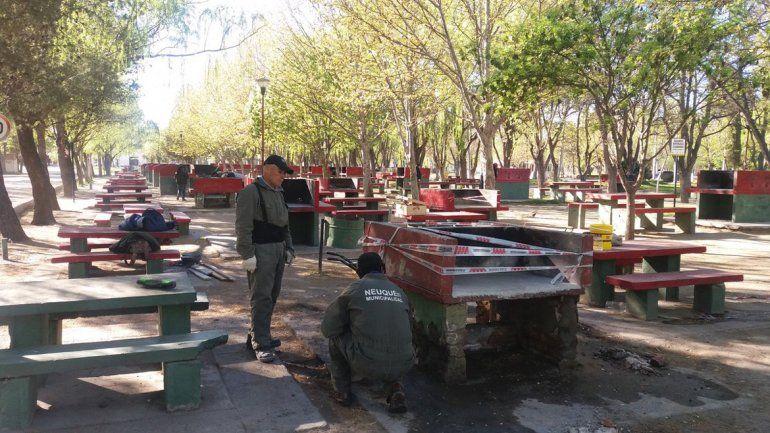 Personal municipal se encuentra trabajando en los cuatro espacios públicos que hay sobre la costa del Limay.