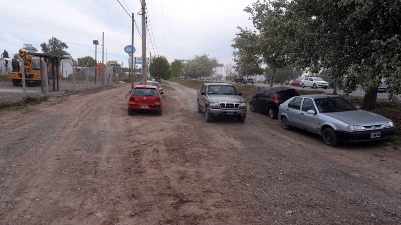 La calle es muy transitada y está en malas condiciones.