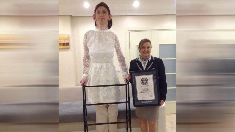 La chica tiene una silla de ruedas hecha especialmente a su medida y se traslada con la ayuda de un andador. Además