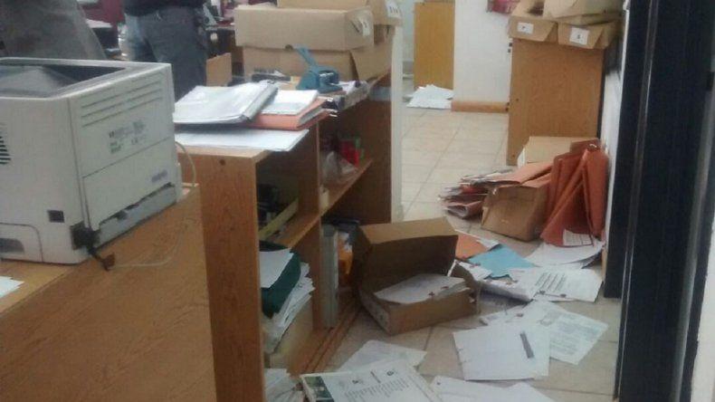 El interior de la oficina del PAMI quedó todo desordenado y