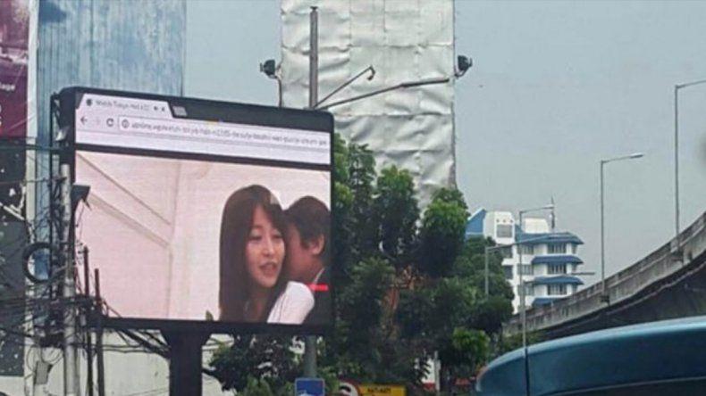 El hecho ocurrió en horas pico en una esquina céntrica de la capital de Indonesia. La gente lo filmó y se viralizó.