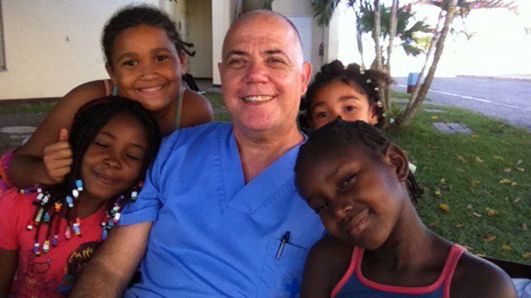 Junto a un grupo de niñas en Guinea Ecuatorial.
