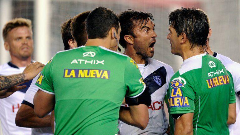 Todo Vélez estalló de bronca contra los fallos de Rapallini.