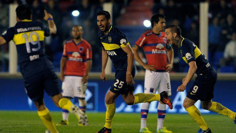 Insaurralde se vistió de 9. El defensor fue en busca de una oportunidad aérea y terminó marcando el 1-1 con un puntapié.