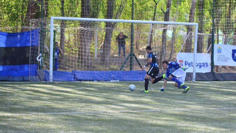 Troncoso deja atrás a Arregui para convertir su quinto gol en el torneo.