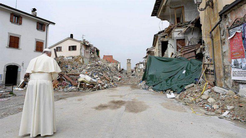 Sorpresiva visita de Francisco a la ciudad devastada por un terremoto