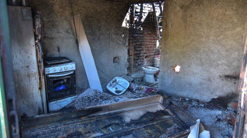 La casa de la familia narco y el Citroën C4 que prendieron fuego. La vivienda quedó totalmente destruida y bajo la custodia de la Metropolitana.