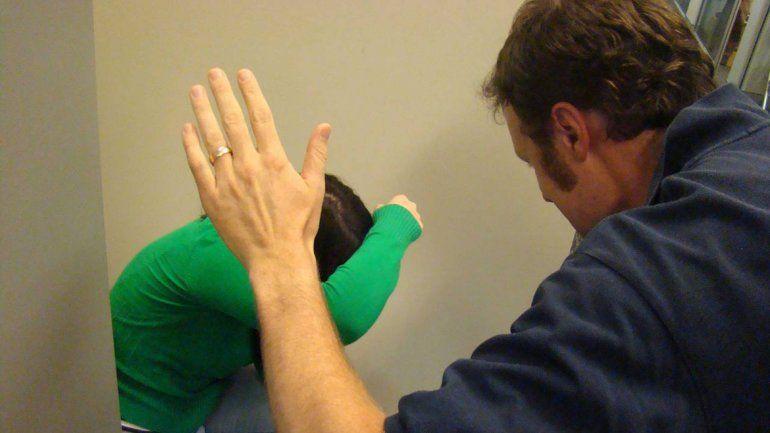 La joven sufrió una lesión leve pero agravada por la relación de pareja.