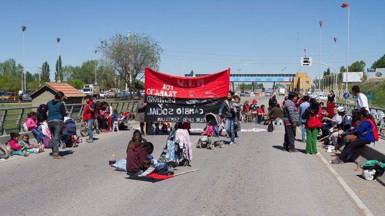 Los manifestantes durante la protesta en los puentes.