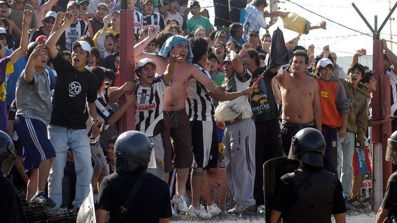 En 2007 se jugó en Centenario y el partido (2-2) fue una fiesta. En 2006 se iba a disputar en la vieja cancha del Rojo
