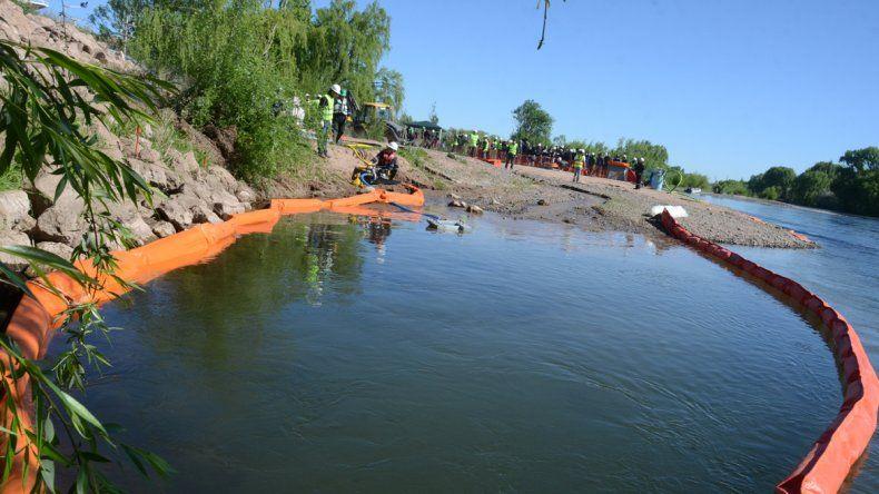 Hicieron un simulacro de derrame de petróleo en el río Neuquén