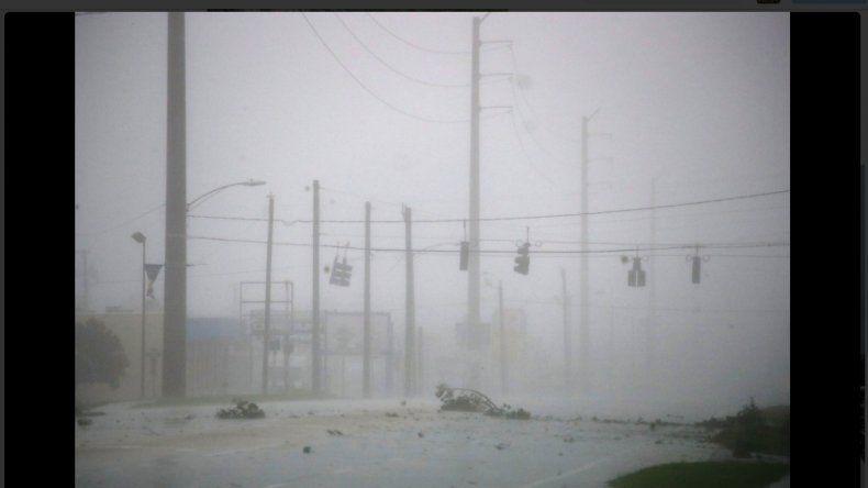 La furia del huracán Matthew ya inunda costas y calles de Florida