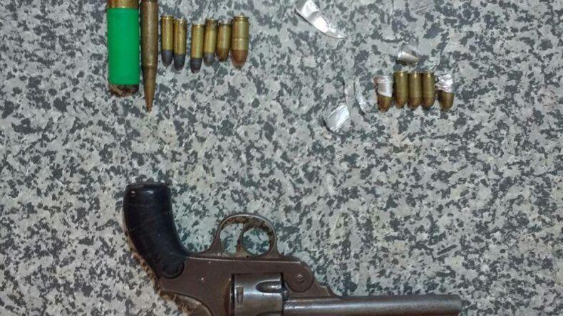 El revólver calibre 38 y las municiones que usaron durante el asalto.