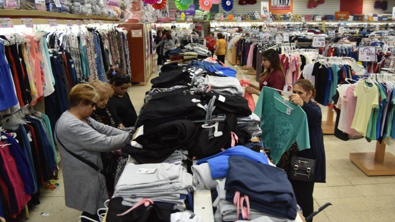 La actividad comercial en el Bajo ayer fue intensa gracias a que esta semana se pagaron los salarios. En los shoppings apuntan a otro público.