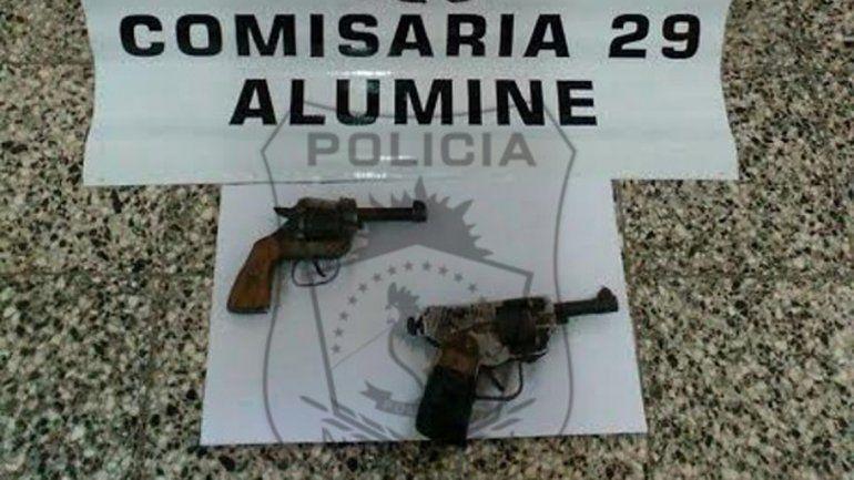 Las armas secuestradas al joven que pretendió agredir a un policía.