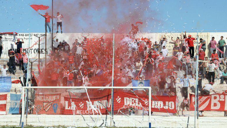 Tanto el público del Rojo como el de Cipo aportaron lindas postales al derbi. Banderas